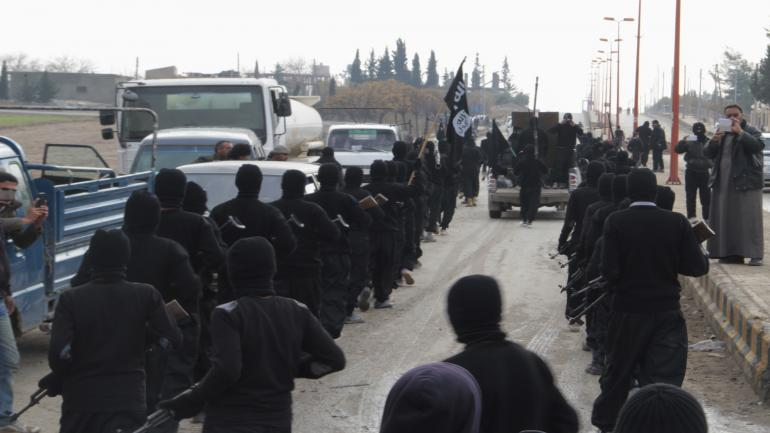 Fighters of al-Qaeda linked Islamic State of Iraq and the Levant parade at the Syrian town of Tel Abyad, near the border with Turkey January 2, 2014. Picture taken January 2, 2014. REUTERS/Yaser Al-Khodor (SYRIA - Tags: POLITICS CIVIL UNREST CONFLICT)